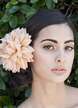 Kwiaty we włosach do ślubu