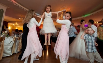 Opieka nad dziećmi na weselu
