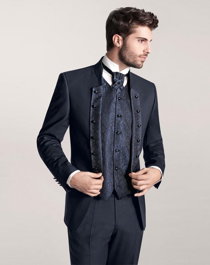 Pan młody w stroju ślubnym z kolekcji Tziacco z salonu Diuk