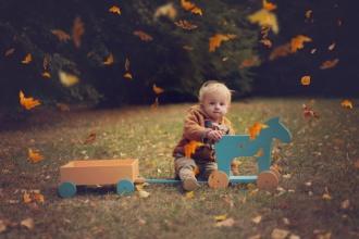 Artystyczne zdjęcie dziecka w parku