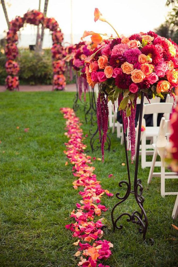 Dekoracje z żywych kwiatów na ślub w plenerze