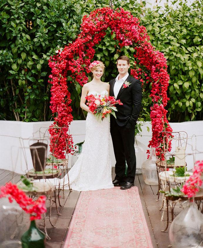 Czerwony łuk ślubny w plenerze