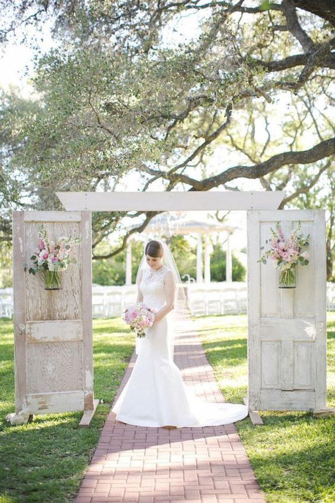 Rustykalne drzwi dekoracja na ślub w plenerze