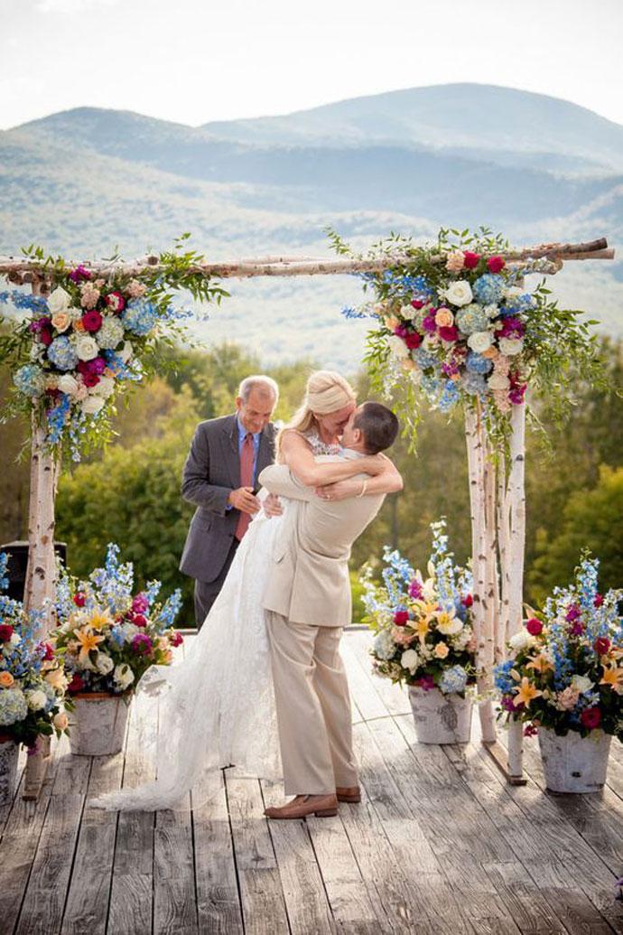 Dekoracja ślubu w plenerze z kwiatów