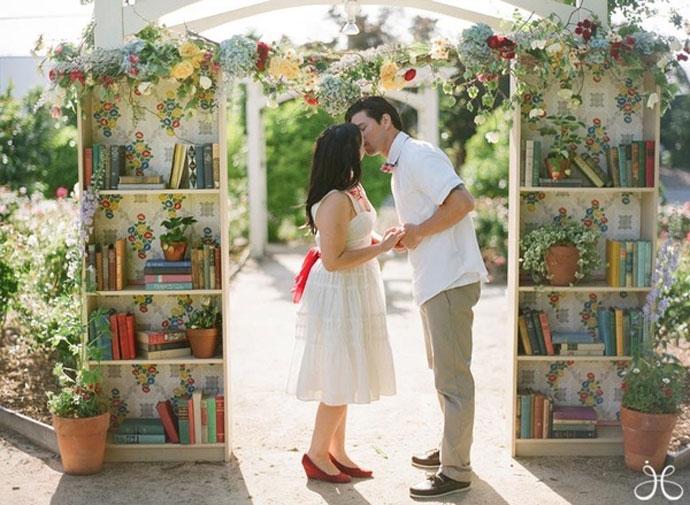Pocałunek młodej pary pod bramą z książek