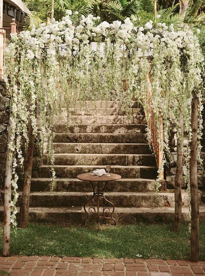 Ślubny łuk z żywych kwiatów