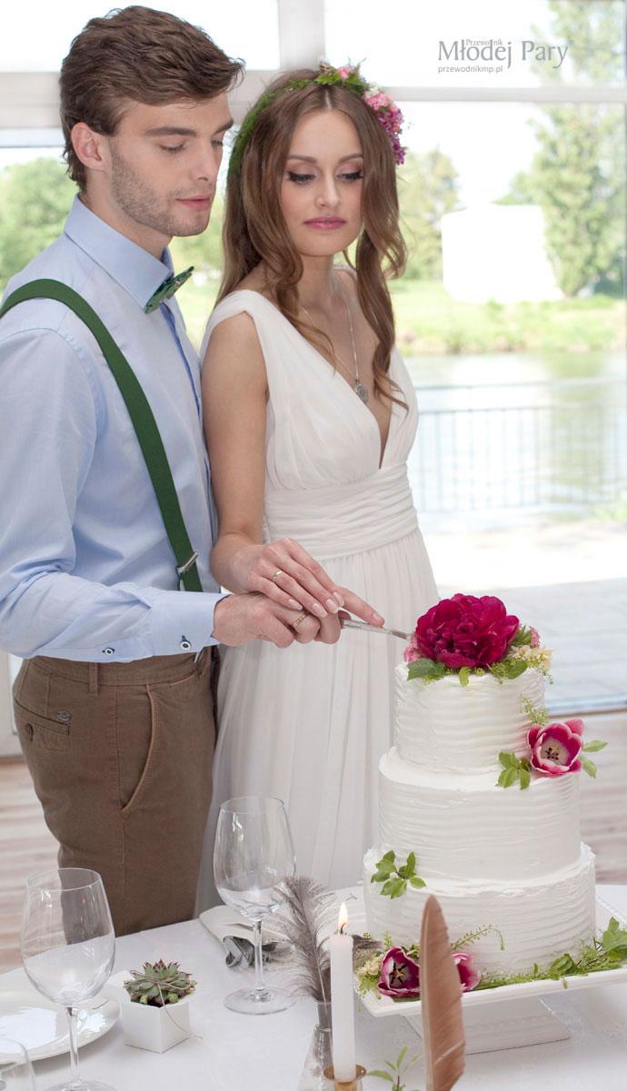 Młoda para i romantyczny tort