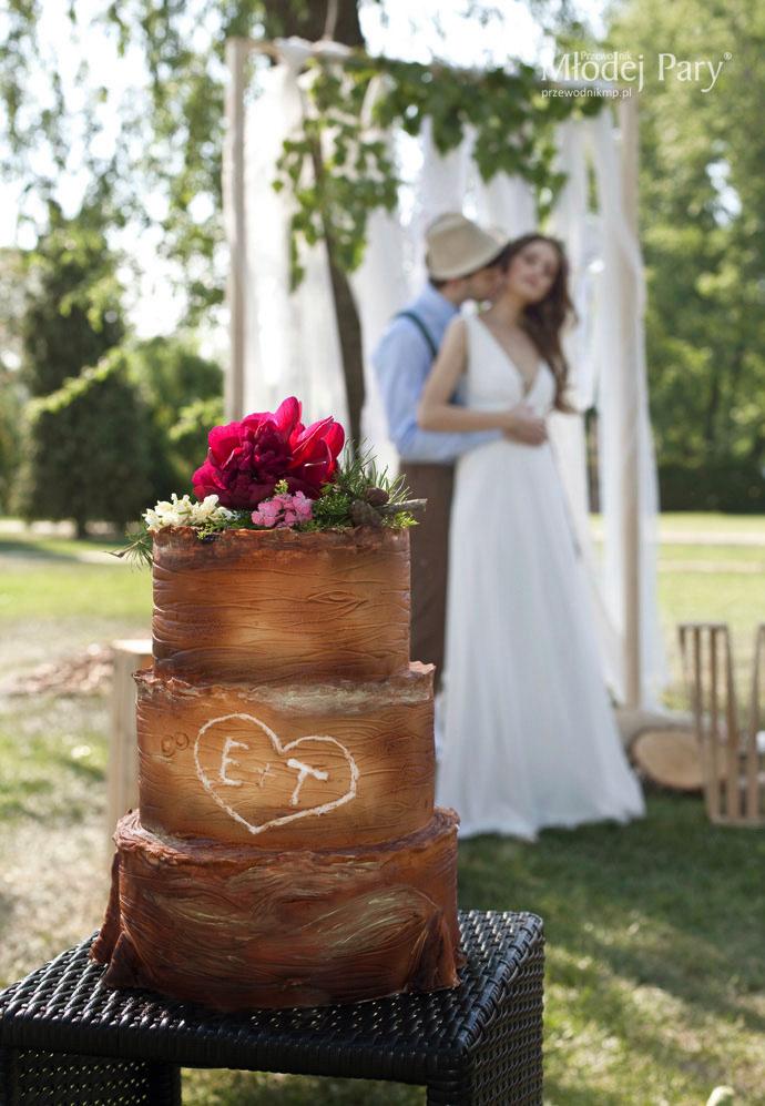 Rustykalny tort weselny z szyszkami i piwonią