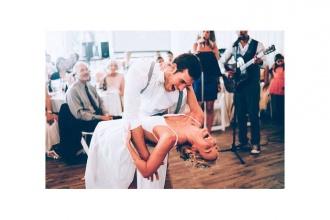 Szalony pierwszy taniec młodej pary