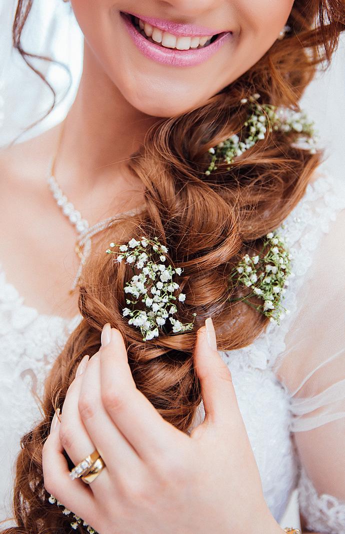 Obrączka ślubna na lewej dłoni