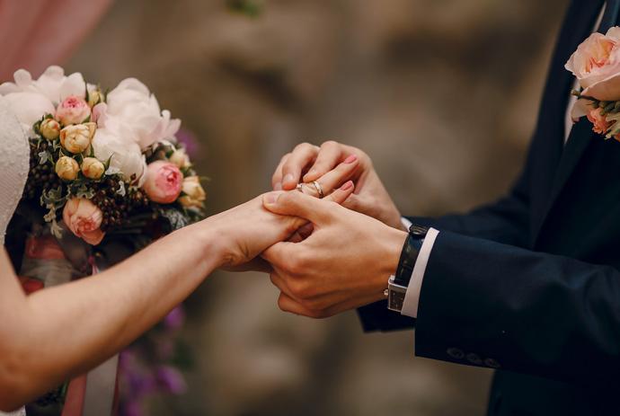 Obrączka ślubna na prawej dłoni
