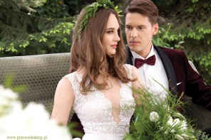 Młoda para w sesji okładkowej zielono romantycznie