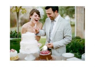 Szczęśliwa młoda para kroi tort wesleny