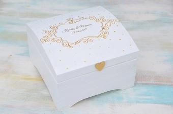 biały kuferek ze złotymi zdobieniami, MadameAllure.pl,