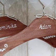 Wieszaki z ręcznie malowanym ornamentem i imionami młodej pary
