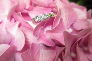 Bogaty pierścionek zaręczynowy