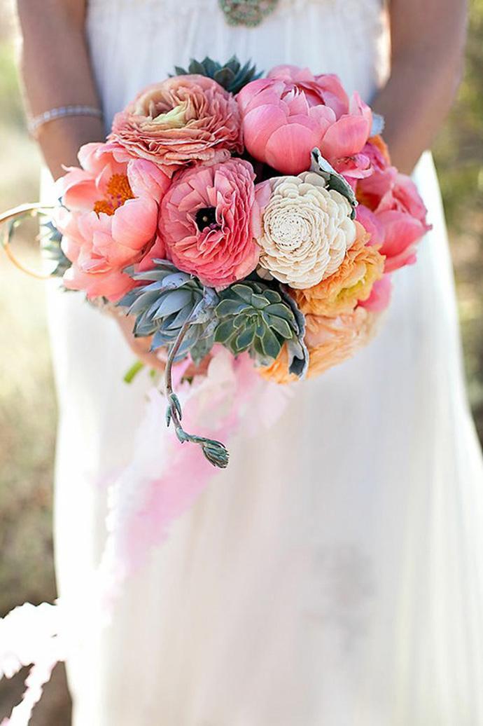 Bukiet ślubny z piwoniami i sukulentami