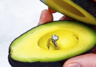Oświadczyny z pierścionkiem w awokado