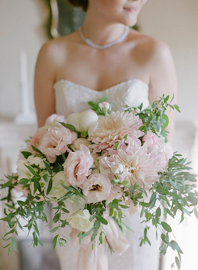 Bukiet ślubny z różowych piwonii i astrów