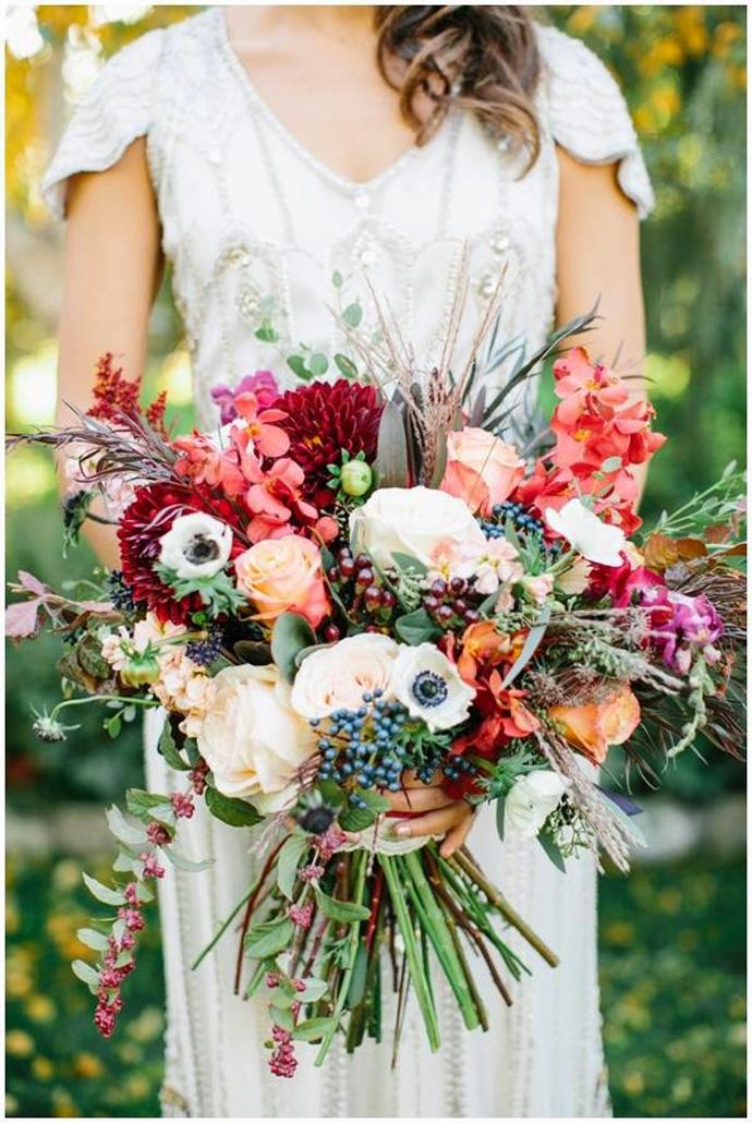 Bukiet ślubny z mieszanych, kolorowych kwiatów