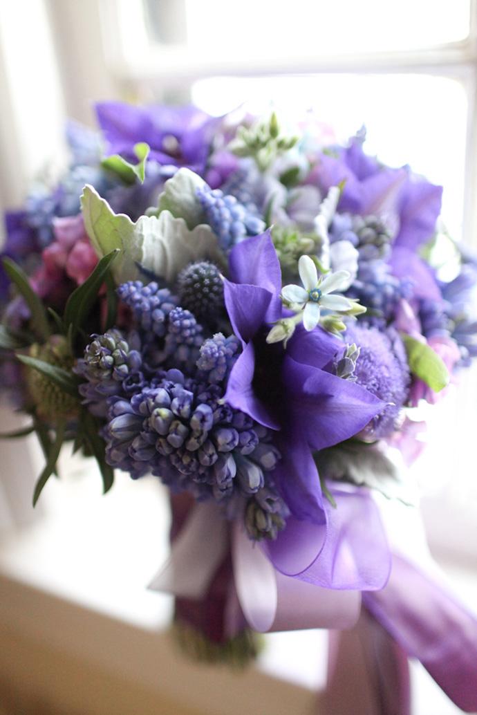 Fioletowe kwiaty w bukiecie ślubnym