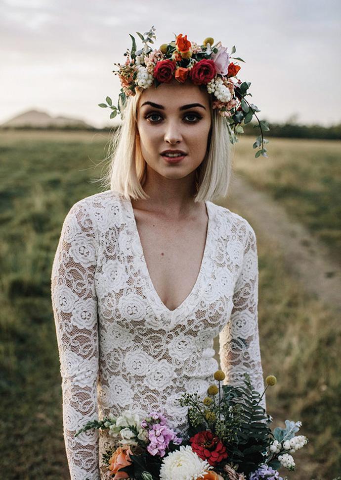 Wianek ślubny z czerwonymi akcentami