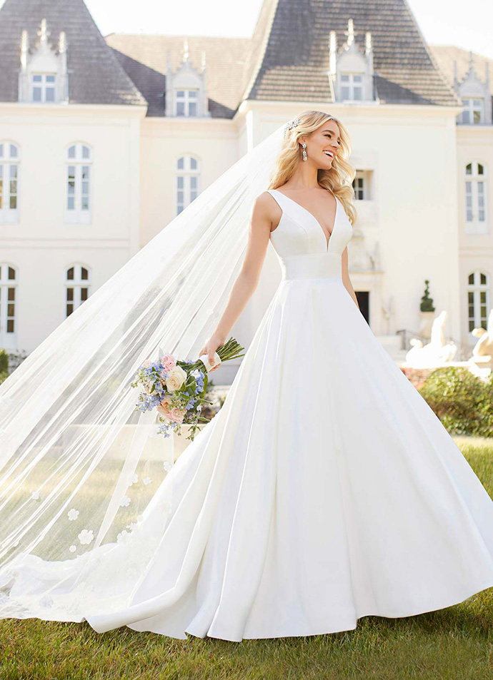 Gładka suknia ślubna z dekoltem V
