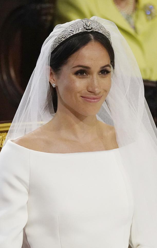 Meghan Merkle w sukni ślubnej i welonem z tiarą