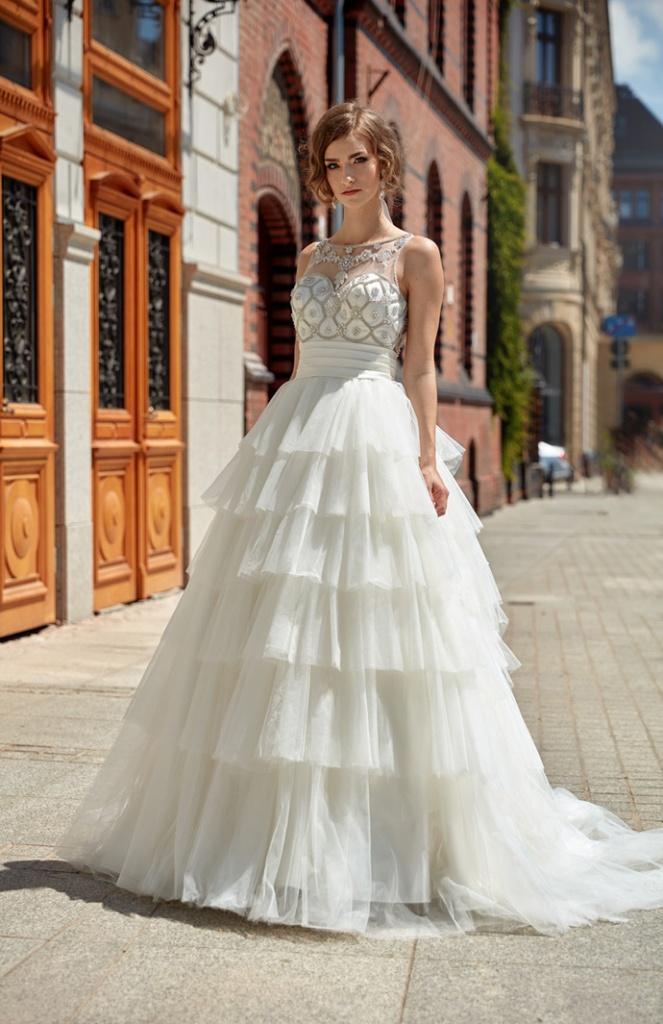 Suknia ślubna z poziomymi falbanami