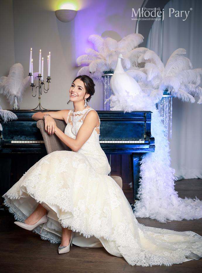 Panna młoda w oprawie glamour przy fortepianie Sala Teatralna Art Hotel Wrocław