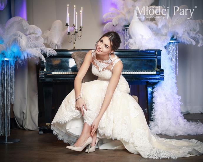 Panna młoda w oprawie glamour przy fortepianie w butach ślubnych Visione