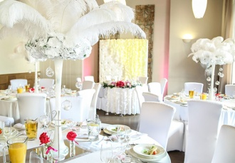 Dekoracje weselne glamour z piórami z piórami