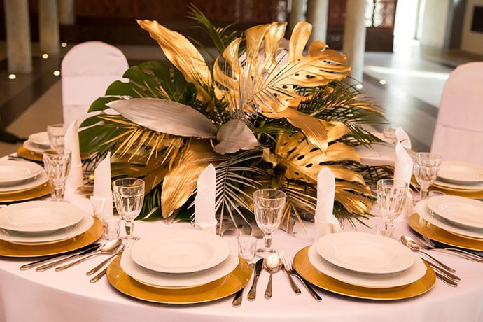 Dekoracje ślubne ze złotymi podtalerzami