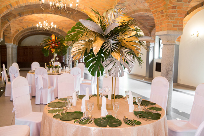 Dekoracja stołu ślubnego z liśćmi palmowymi