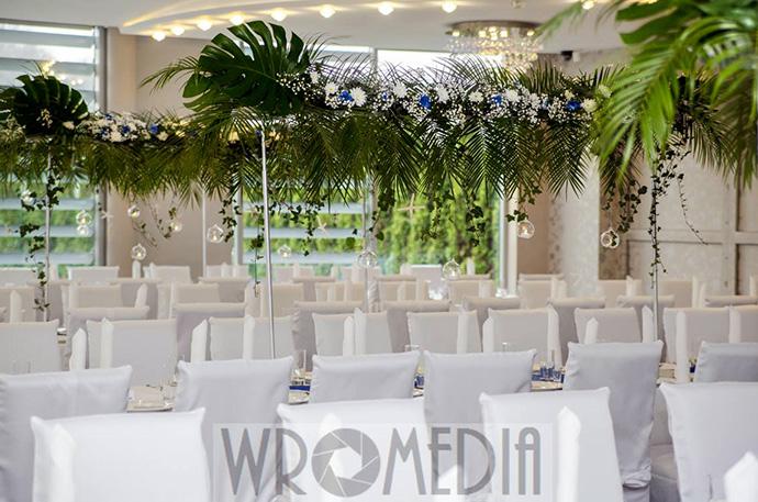 Sala weselna z liśćmi palmowymi