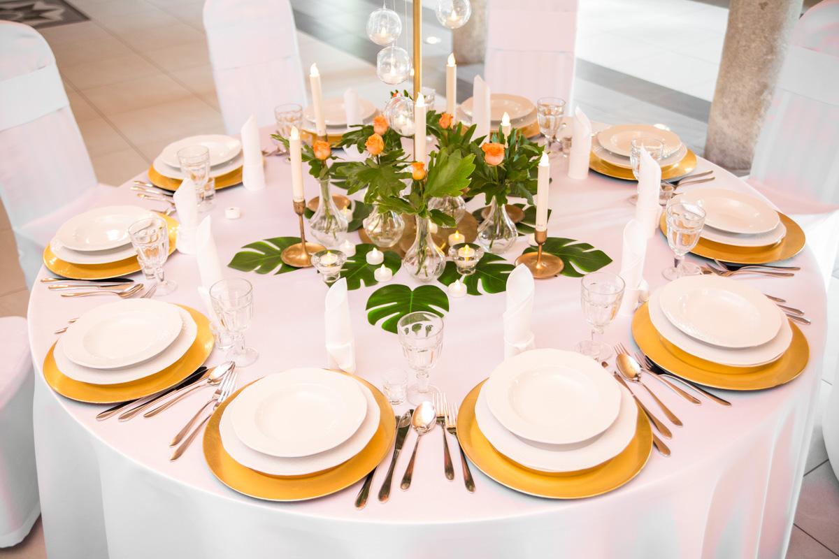 Złoty stół weselny z monsterą