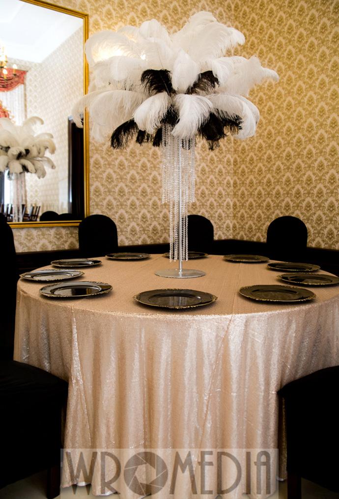 czarno-biała dekoracja sali weselnej z metalicznym obrusem
