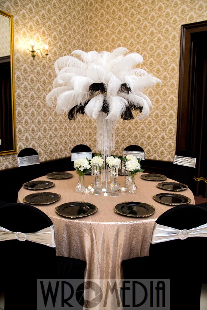 Modna czarno-biała dekoracja sali weselnej z piórami