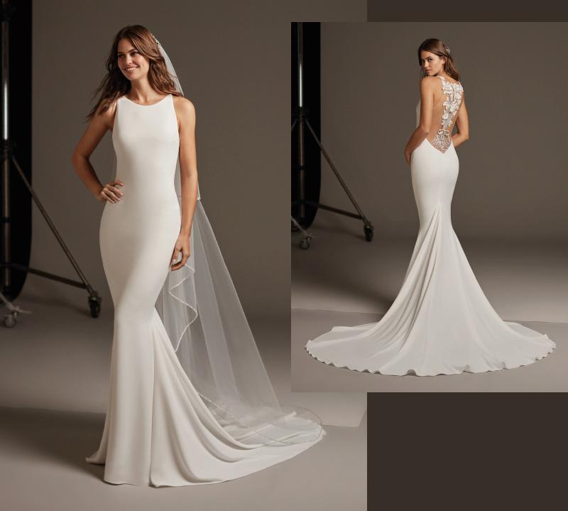 Gładka przylegająca do ciała suknia ślubna z ozdobnymi koronkowymi plecami