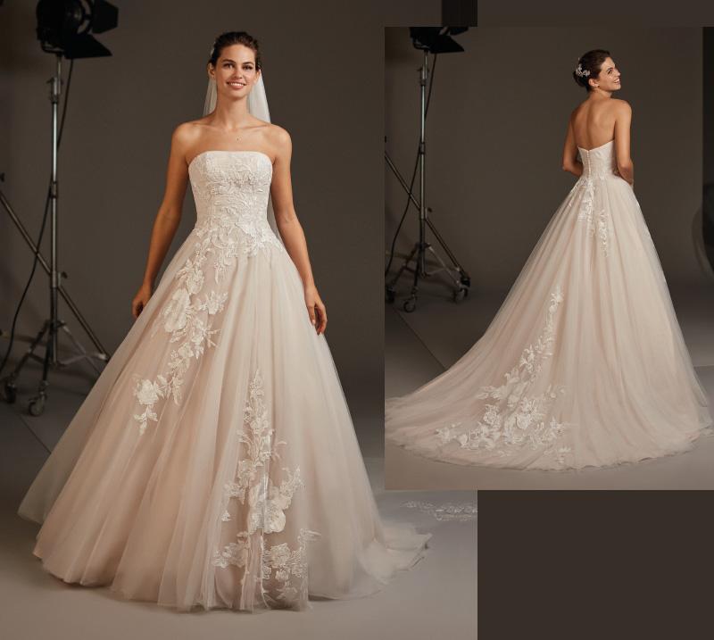 Pastelowa suknia ślubna z odkrytymi ramionami