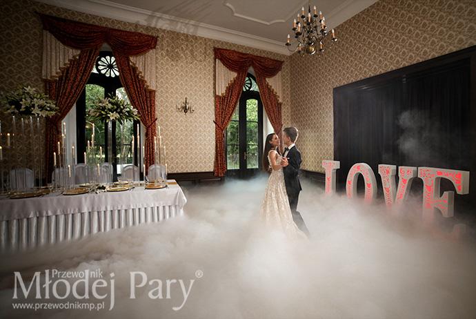 Dekoracja sali weselnej LOVE i zimny dym