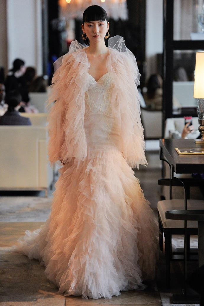 Pastelowa suknia ślubna rybka z falbanami i narzutką