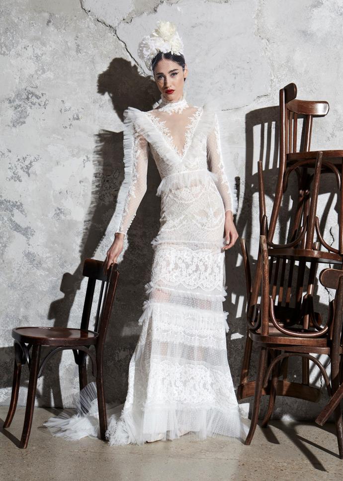 Suknia ślubna z koronki z dekoltem V i długimi rękawami