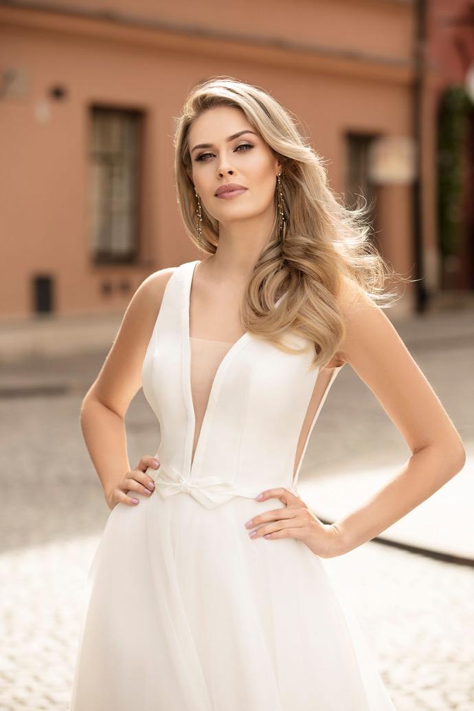 Gładka suknie ślubna z głęboko wyciętym dekoltem i kokardą w talii