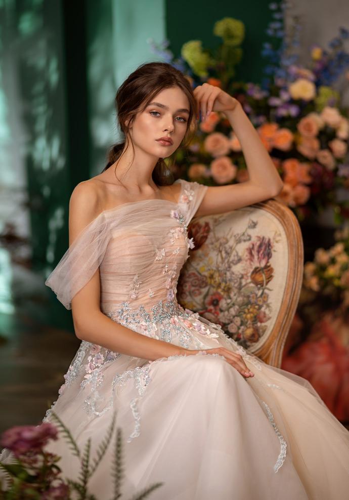 Romantyczna suknia ślubna z delikatnymi kwiatkami