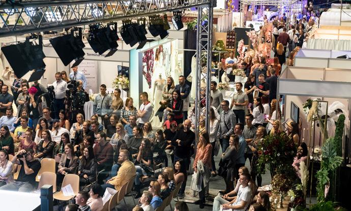 Publiczność pod sceną podczas pokazów na scenie w Orbicie