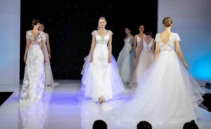 Modelki podczas pokazu sukien ślubnych na scenie w Orbicie
