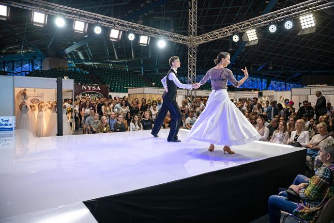 Pokaz tańca na scenie w Hali Orbita na targach ślubnych