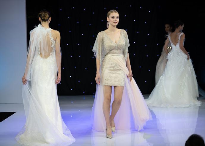 Modelki na scenie prezentują suknie ślubne