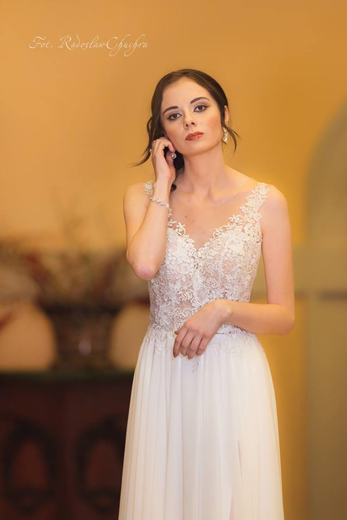 Suknia ślubna ze zdobioną kamieniami górą
